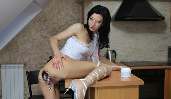 hotkinkyjo-with-anal-speculum